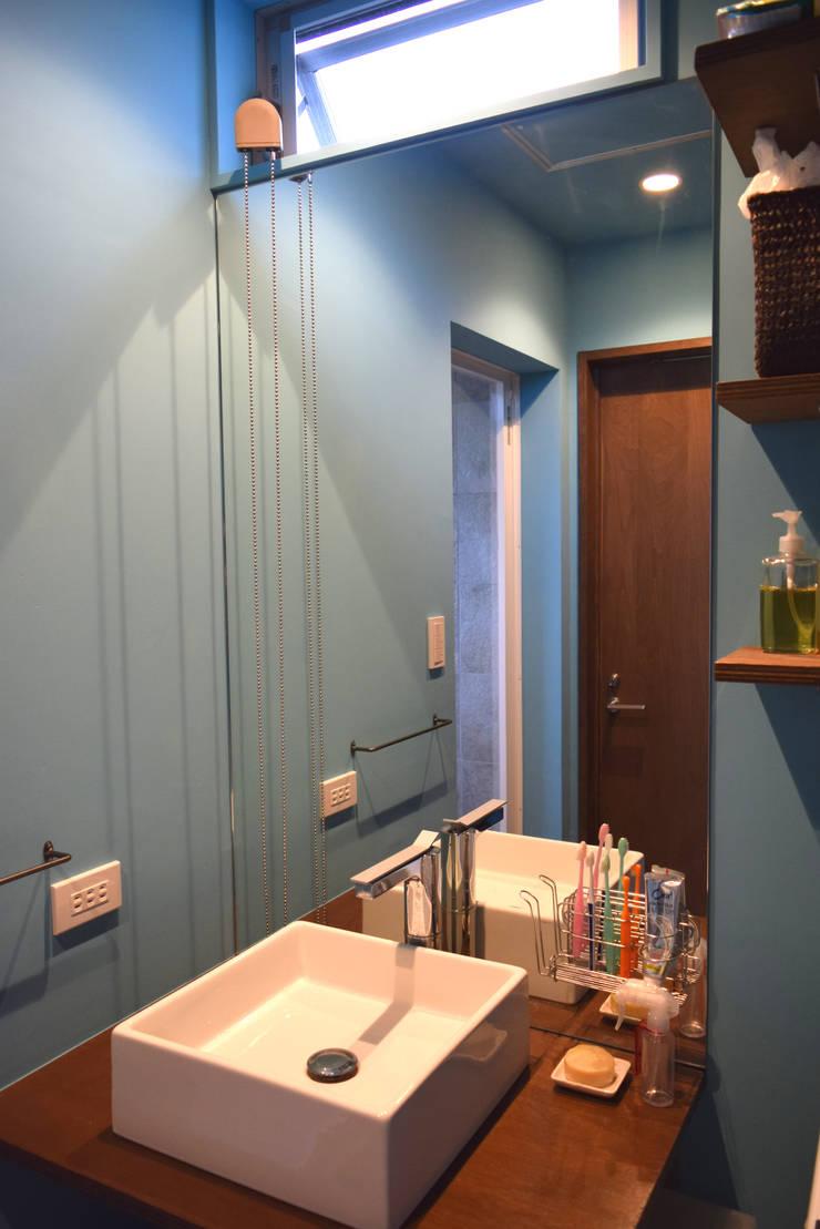 洗面所: FURUKAWA DESIGN OFFICEが手掛けた浴室です。,モダン