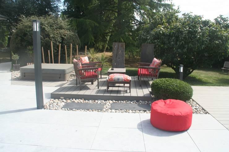 Zoom terrasse secondaire et spa: Jardin de style  par EURL OLIVIER DUBOIS