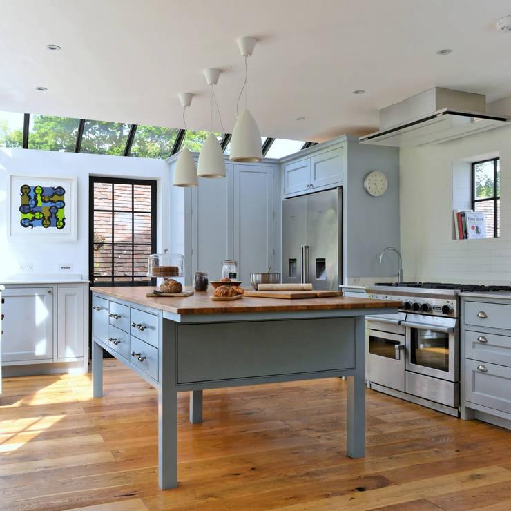 'Vivid Classic' Kitchen - bespoke island Classic style kitchen by Vivid line furniture ltd Classic