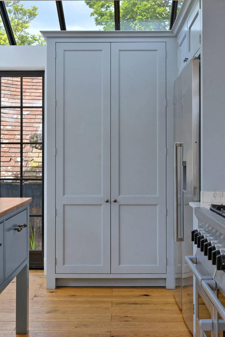 'Vivid Classic' Kitchen - pantry Classic style kitchen by Vivid line furniture ltd Classic