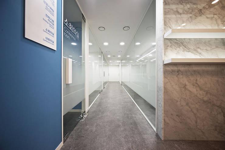 Complessi per uffici in stile  di By Seog Be Seog | 바이석비석,