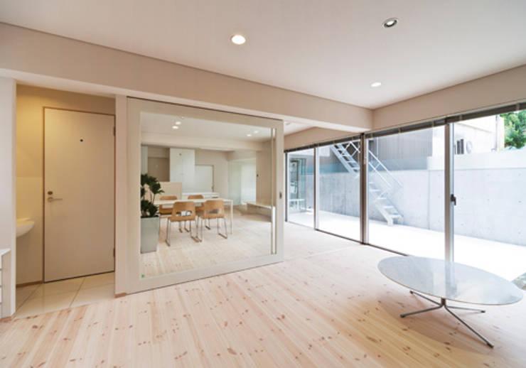 家族を育む家: アーキ・アーバン建築研究所+中出喜美男が手掛けたリビングです。
