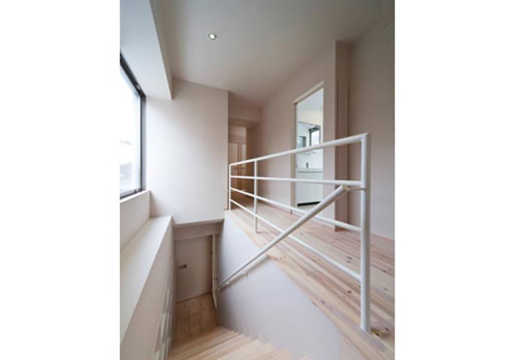 家族を育む家: アーキ・アーバン建築研究所+中出喜美男が手掛けた廊下 & 玄関です。