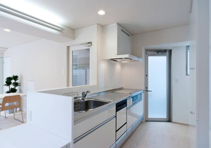 家族を育む家: アーキ・アーバン建築研究所+中出喜美男が手掛けたキッチンです。