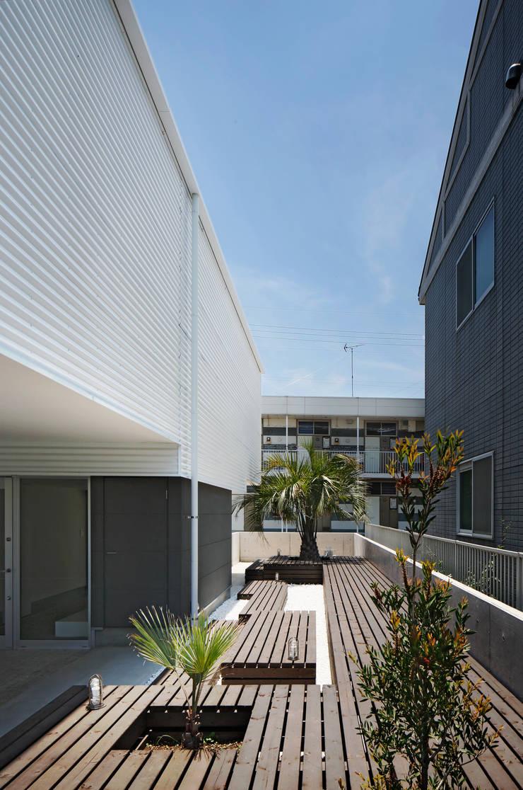 l a n i: *studio LOOP 建築設計事務所が手掛けた庭です。,モダン