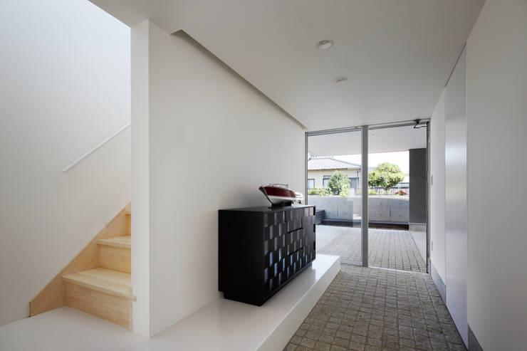 l a n i: *studio LOOP 建築設計事務所が手掛けた廊下 & 玄関です。