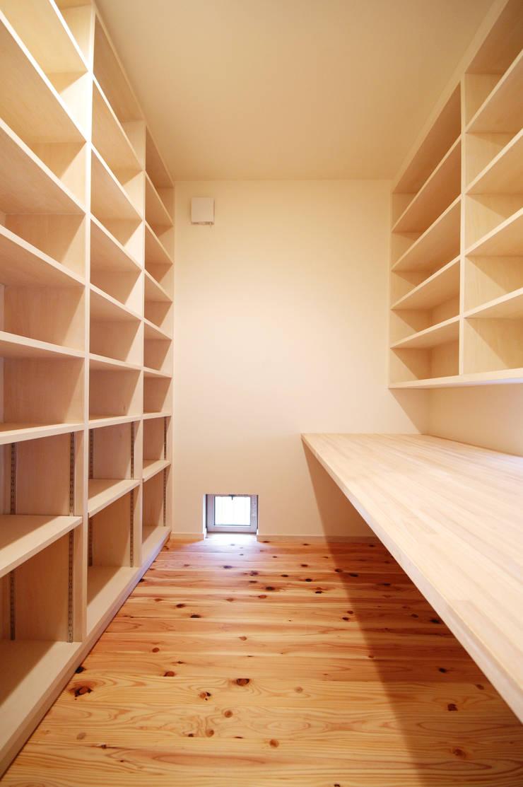 Rojiのある家: (有)RABBITSON一級建築士事務所が手掛けた書斎です。