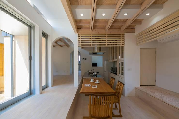 オカノいえ: 株式会社飯島洋省andHAND建築設計事務所が手掛けたダイニングです。