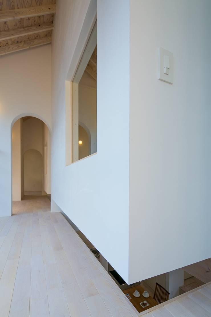 オカノいえ: 株式会社飯島洋省andHAND建築設計事務所が手掛けた廊下 & 玄関です。