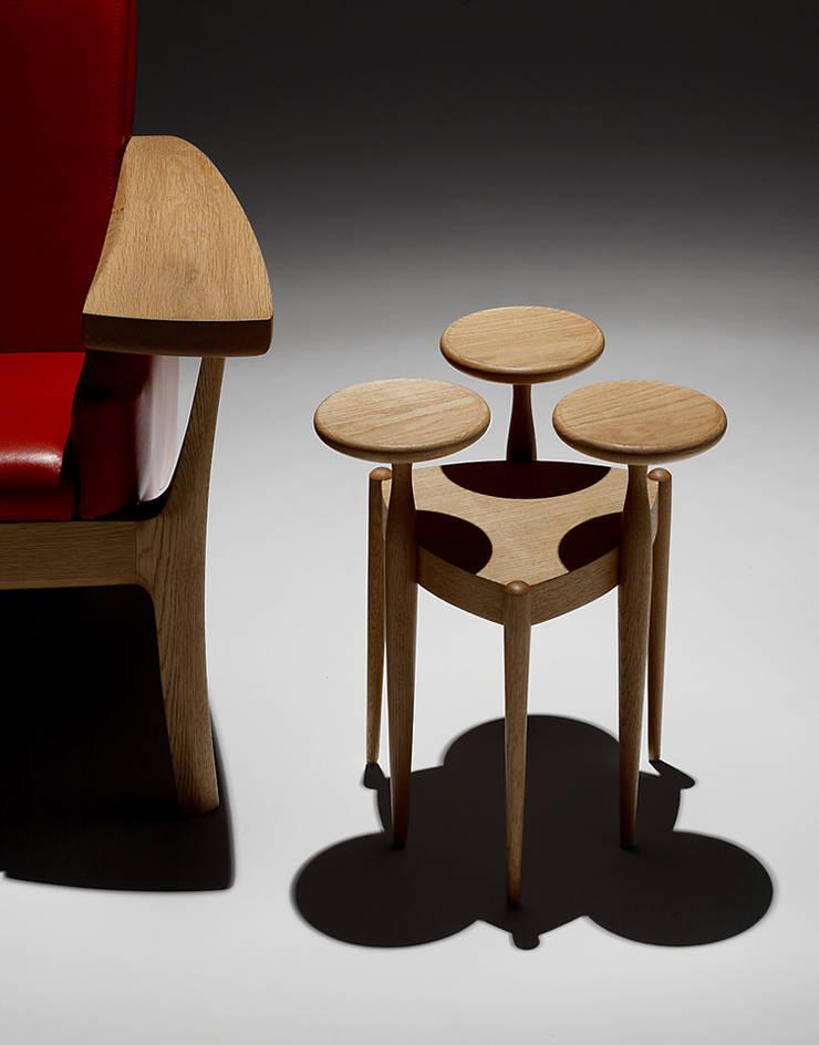 アートな家具: 矩須雅建築研究所が手掛けたリビングルームです。