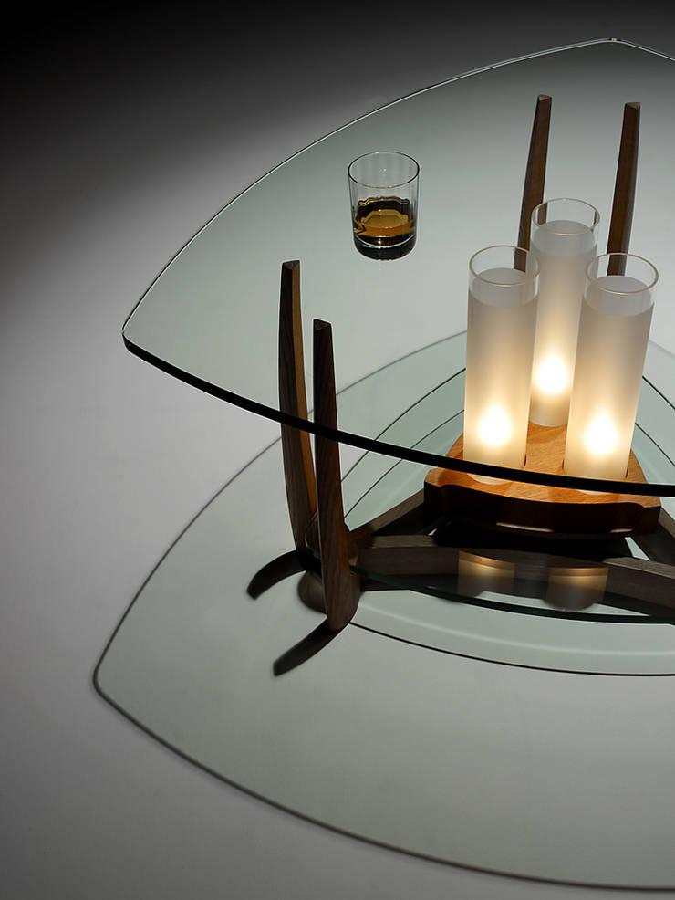 美しい影: 矩須雅建築研究所が手掛けたリビングルームです。