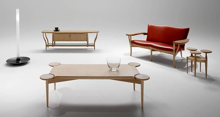 空間を造る家具: 矩須雅建築研究所が手掛けたリビングルームです。