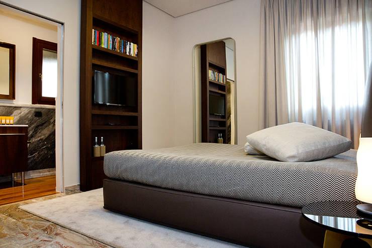 NOCETTA : Camera da letto in stile  di MOB ARCHITECTS