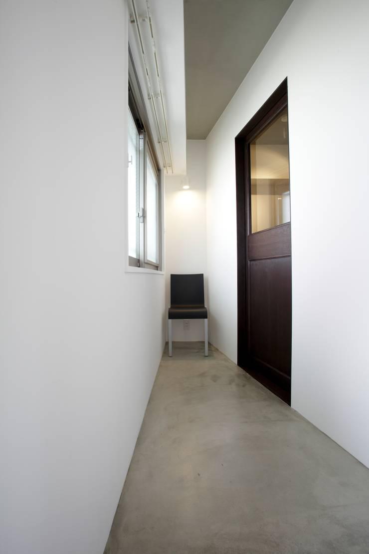 廊下から見た玄関: SWITCH&Co.が手掛けた廊下 & 玄関です。,
