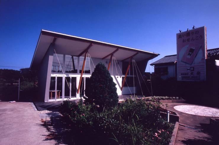 壁面緑化/深い軒下空間: 正本設計工房が手掛けた家です。