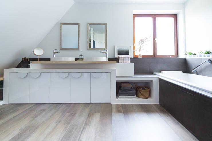 RENOVATION D'UNE SALLE DE BAINS: Salle de bains de style  par EK Architecte