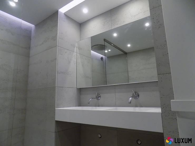 Minimalizm w łazience: styl , w kategorii Łazienka zaprojektowany przez Luxum
