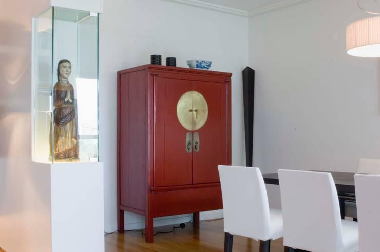 Estante integrada : Sala de jantar  por adoroaminhacasa