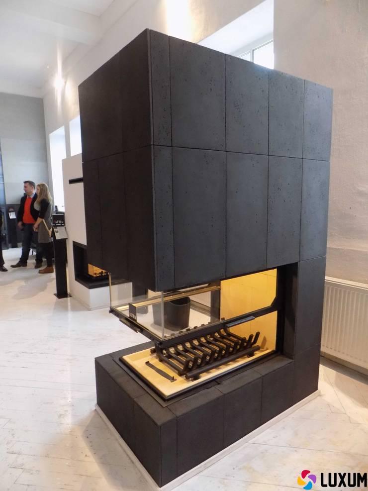 Kominek z betonu architektonicznego: styl , w kategorii Salon zaprojektowany przez Luxum,Nowoczesny