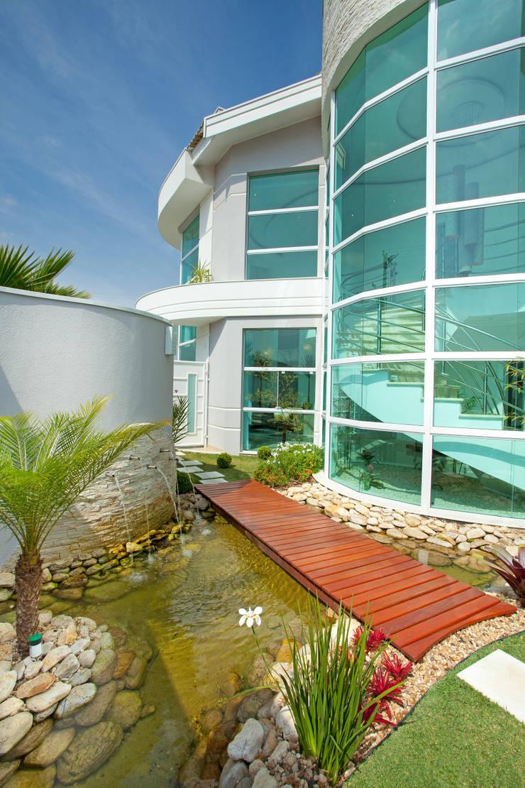 Casa das Águas: Jardim  por Arquiteto Aquiles Nícolas Kílaris
