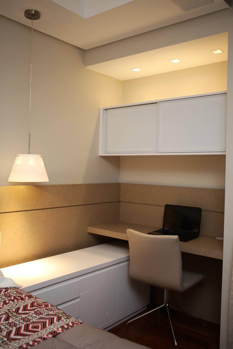 Home Office: Quarto  por Roberta Ruschel Arquitetura e Interiores