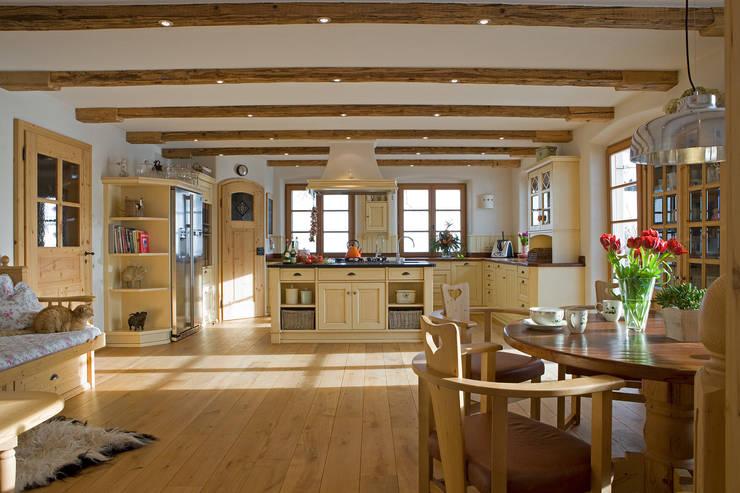 Nhà bếp by Beinder Schreinerei & Wohndesign GmbH