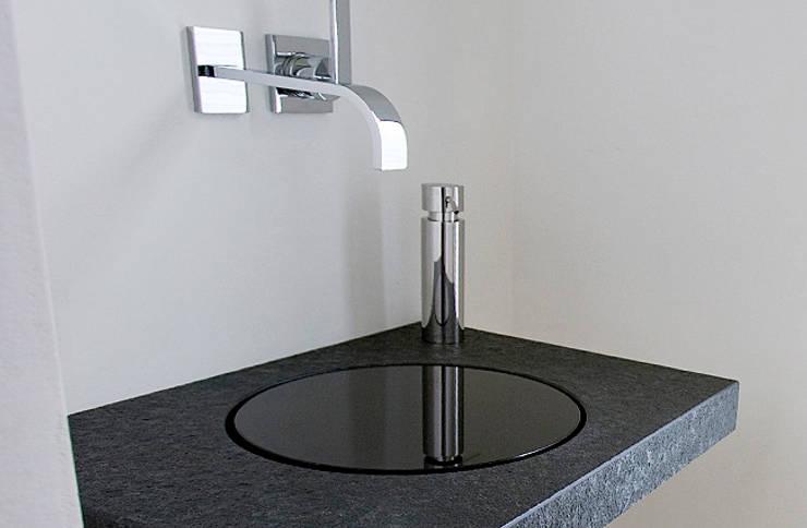 Design Waschtisch Granit: moderne Badezimmer von baqua GmbH  Manufaktur für Bäder