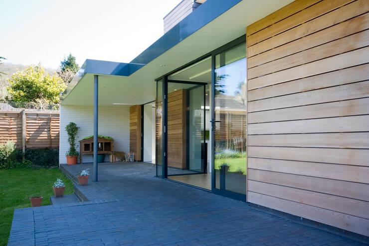 Projekty, nowoczesne Domy zaprojektowane przez Designscape Architects Ltd