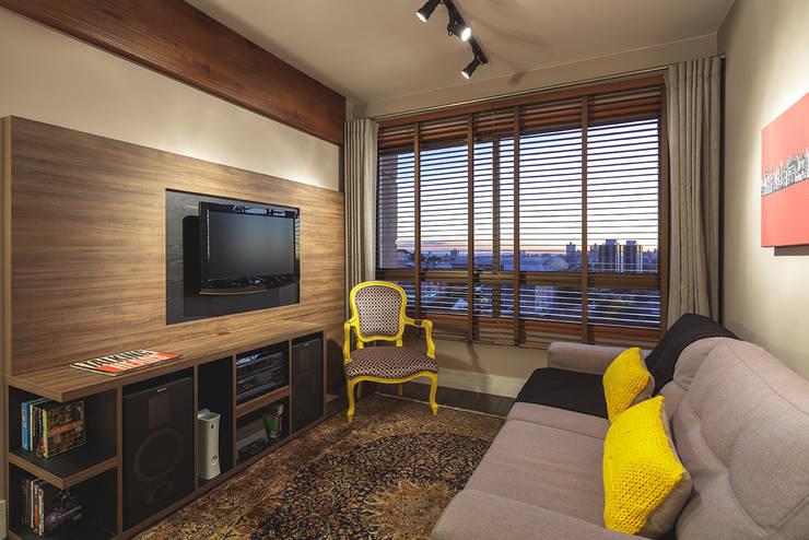 Living room by Arquiteto Gustavo Redlich & Associados, Modern