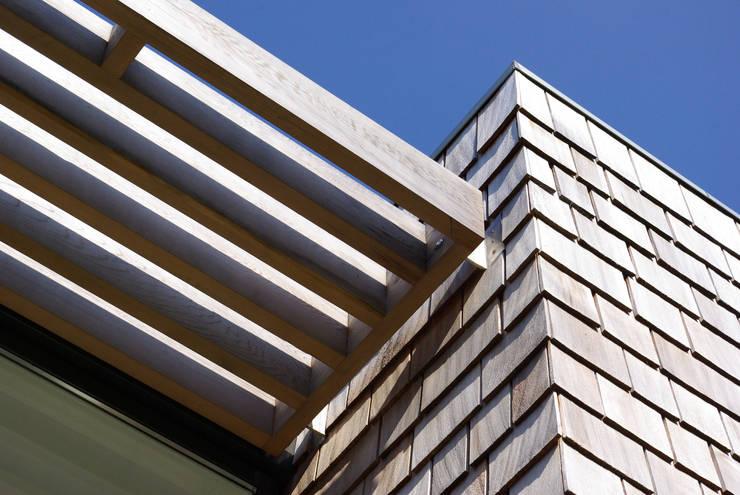 Cedar House:  Walls by Designscape Architects Ltd
