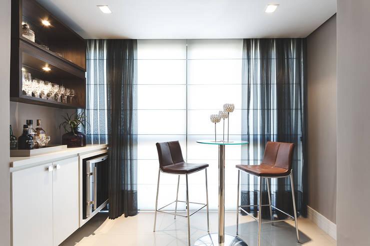 Apartamento Menino Deus: Adegas modernas por Arquiteto Gustavo Redlich & Associados