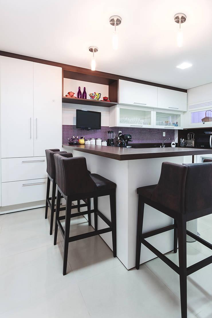 Apartamento Menino Deus: Cozinhas modernas por Arquiteto Gustavo Redlich & Associados