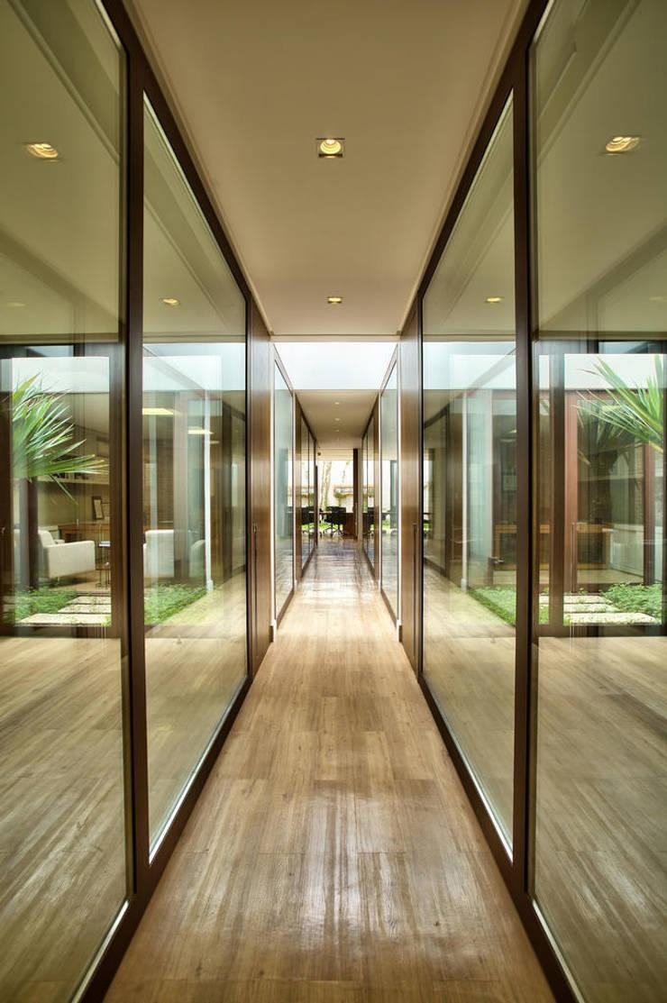 Corredor para acesso as salas de reuniões e diretoria: Lojas e imóveis comerciais  por DUET ARQUITETURA,Rústico