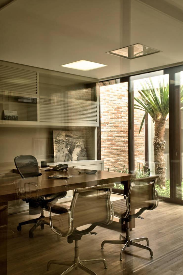 Sala diretor: Lojas e imóveis comerciais  por DUET ARQUITETURA,Moderno