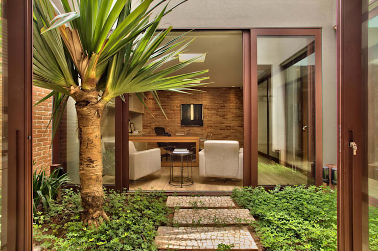 Jardins entre as salas: Lojas e imóveis comerciais  por DUET ARQUITETURA,Rústico