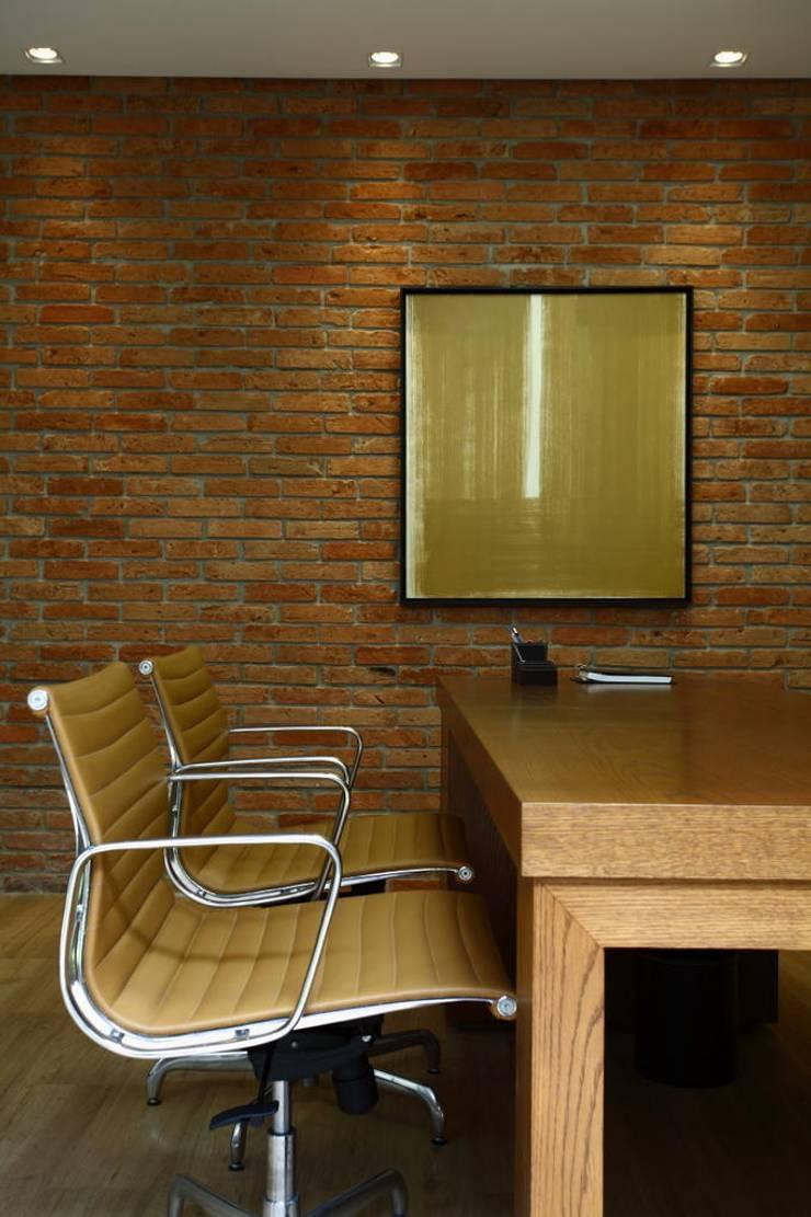 Sala diretor: Lojas e imóveis comerciais  por DUET ARQUITETURA,Rústico