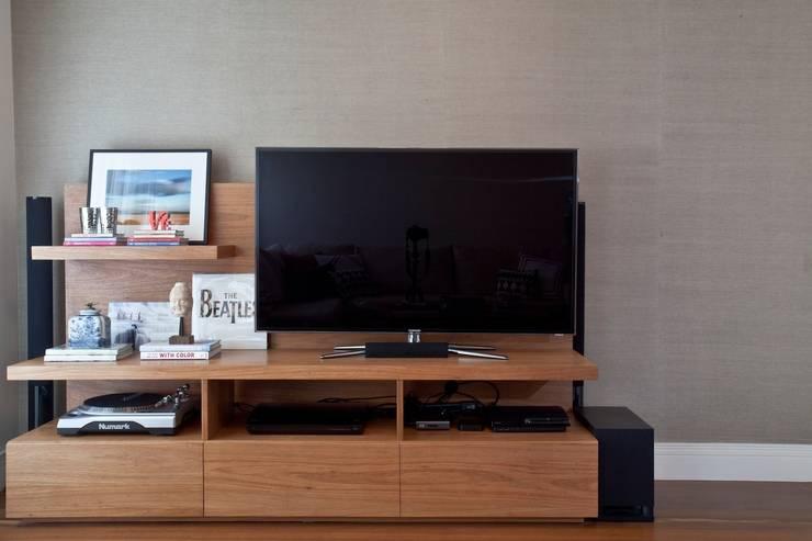 Estante: Salas de estar  por Pereira Reade Interiores,Eclético