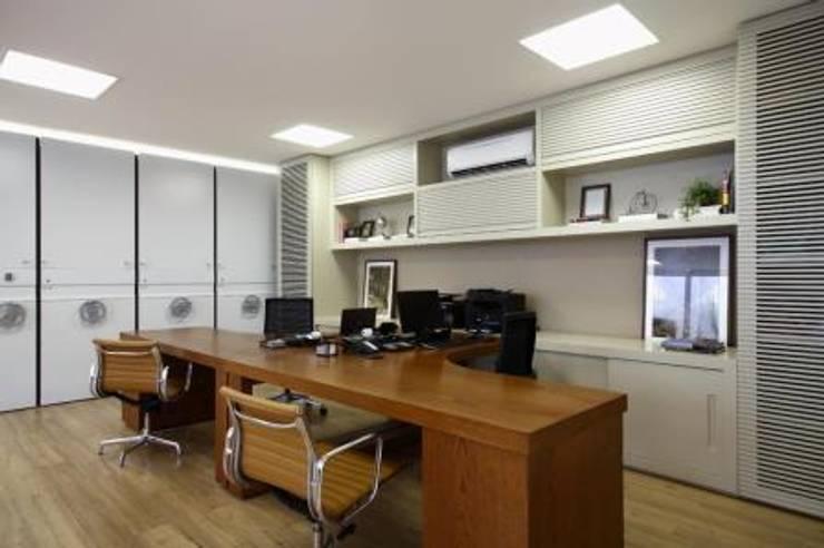 Sala dos funcionários: Lojas e imóveis comerciais  por DUET ARQUITETURA,Rústico