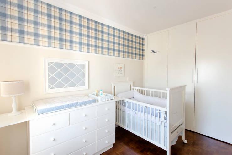 Quarto Bebê 1: Quarto infantil  por Pereira Reade Interiores