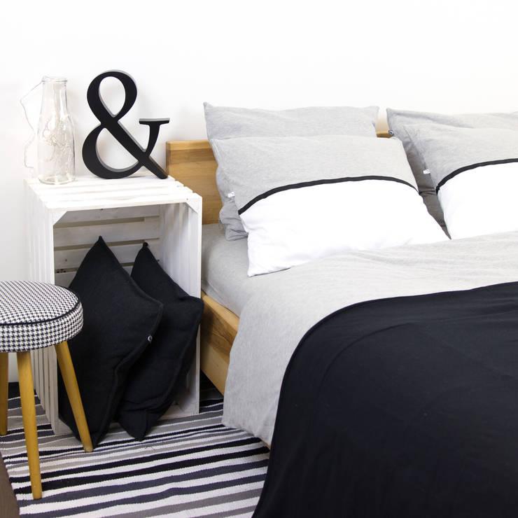 Pościel dzianinowa z czarną tasiemką: styl , w kategorii Sypialnia zaprojektowany przez Nocne Dobra