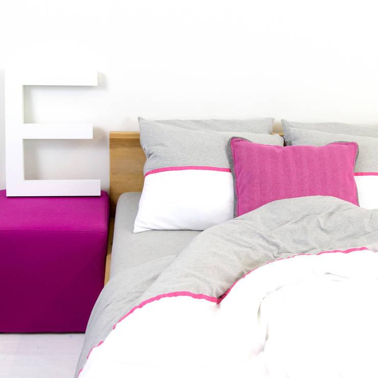 Pościel dzianinowa z różową tasiemką: styl , w kategorii Sypialnia zaprojektowany przez Nocne Dobra