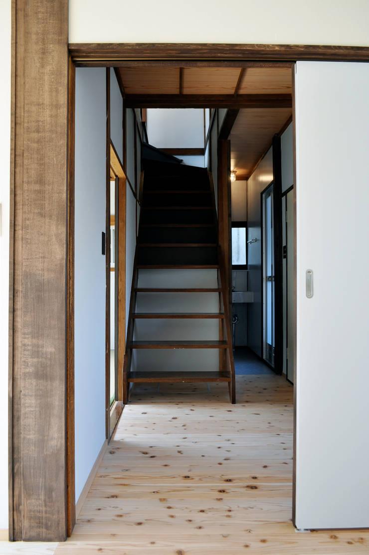 井の頭の家2: 結人建築設計事務所が手掛けた廊下 & 玄関です。