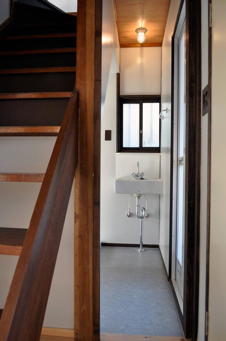 井の頭の家2: 結人建築設計事務所が手掛けた浴室です。