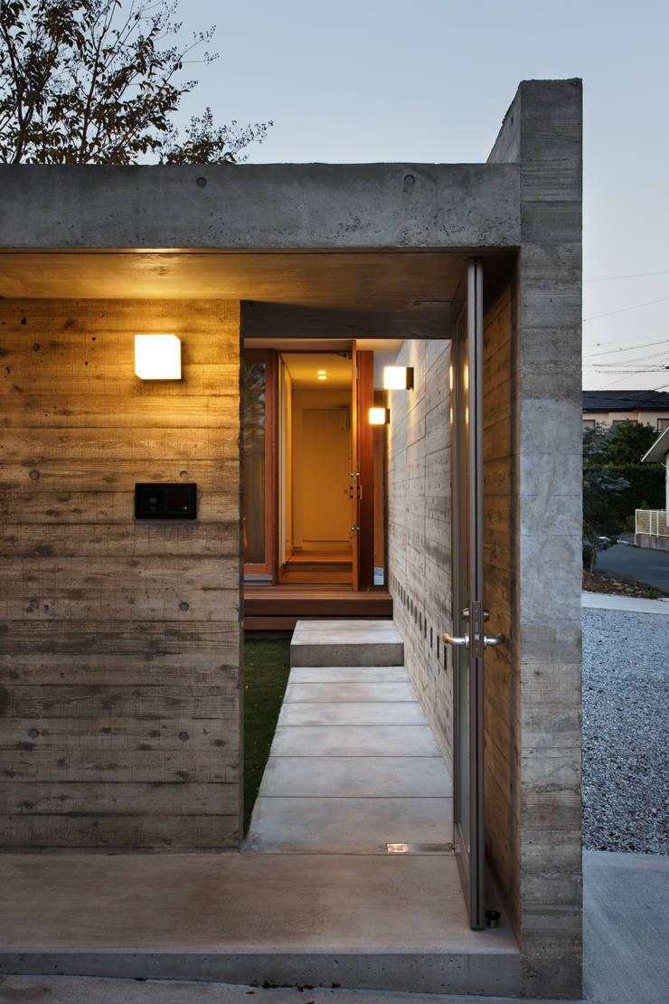 エントランスゲート: 窪江建築設計事務所が手掛けた家です。