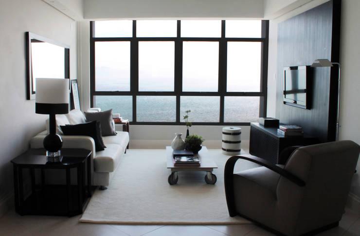 APARTAMENTO À BEIRA-MAR | SEASIDE APARTMENT: Salas de estar modernas por Sandro Clemes