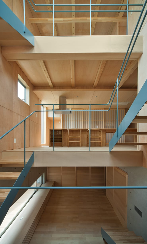 House in  Nanakuma: MOVEDESIGNが手掛けた廊下 & 玄関です。