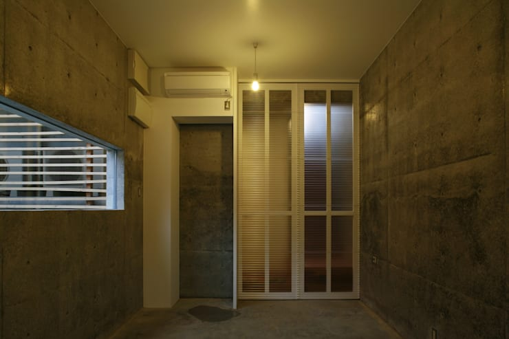 玄関部分: 白根博紀建築設計事務所が手掛けた壁です。