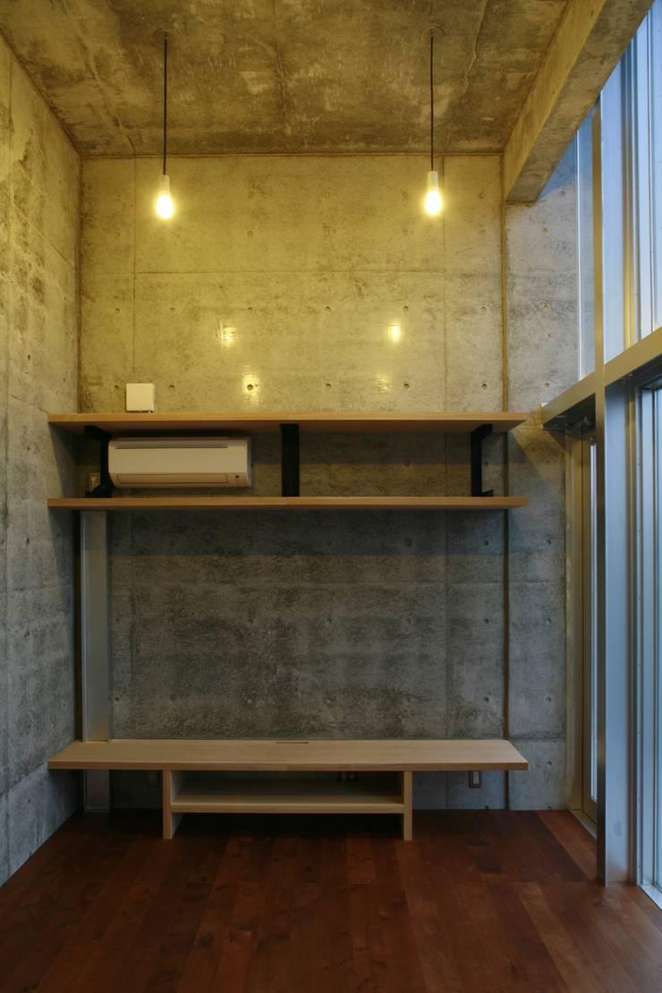 リビングTVスペース: 白根博紀建築設計事務所が手掛けたリビングです。