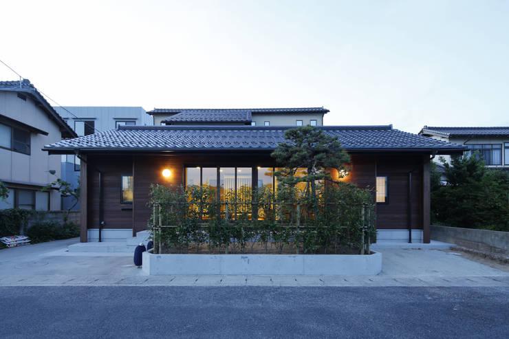 灯りのある外観: 白根博紀建築設計事務所が手掛けた家です。