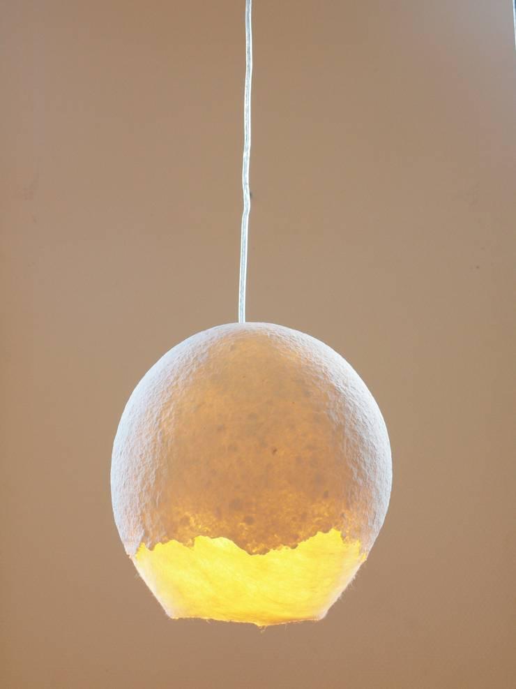 Type FP-II 25 cm, vilten bol met papierpulp op het vilt aangebracht- licht aan:  Eetkamer door Vilt aan Zee